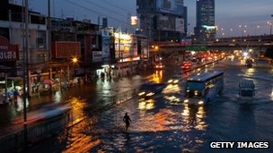 Traffic on a flooded street in Lat Phrao, Bangkok (4 Nov 2011)