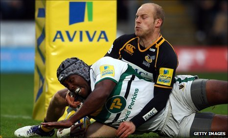 Joe Simpson of Wasps fails to stop Brian Mujati from diving over