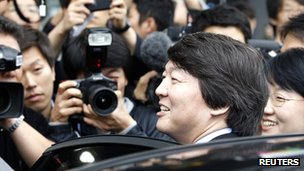 Ahn Cheol-soo leaves after a meeting with Park Won-soon at Park's office in Seoul on 24 October 2011