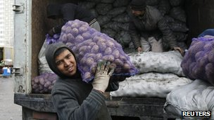 Tajik migrant workers unload a lorry in Moscow, 11 November