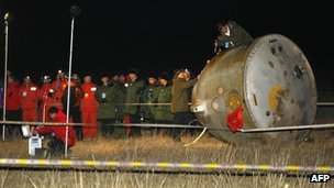 Recovery team checks the Shenzhou 8 re-entry module which landed near Walanchabu in China&#039;s northern region of Inner Mongolia, 17 November 2011