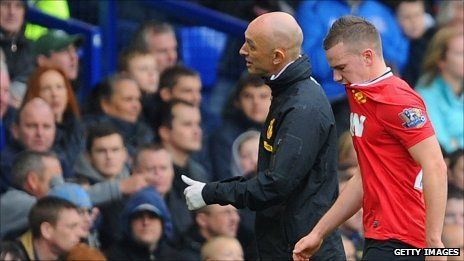 Tom Cleverley leaves the pitch against Everton