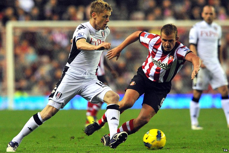 Damien Duff and Lee Cattermole vie for the ball