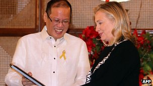 Philippine President Benigno Aquino meets Hillary Clinton in Manila on 16 November 2011