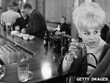 Barbara Winsor in a pub in 1963