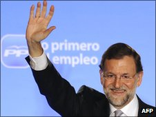 Mariano Rajoy waves to supporters after first results of Nov 2011 election announced