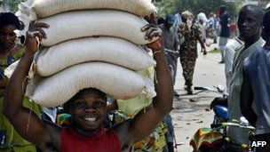 A man carries bags of flour in Kisangani (archive shot)