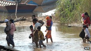 File image of Burmese refugees crossing the border into Thailand