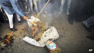 BJP members burn an effigy of Manmohan Singh in Delhi