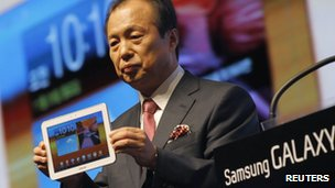 Samsung Electronics mobile executive Shin Jong-gyun shows the Galaxy Tab 8.9