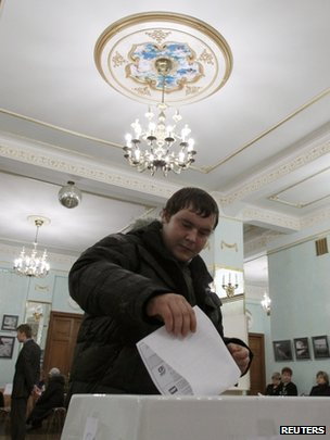 Man votes in a Moscow polling station, 4 December 2011