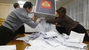 Electoral commission staff open ballot boxes in Roslavl, east of Moscow (4 December 2011)