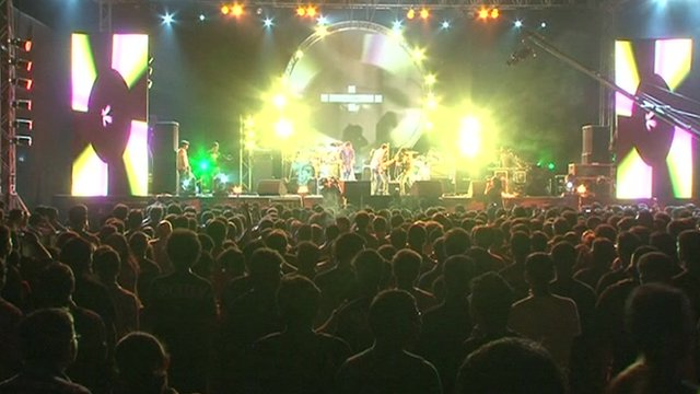 Hundreds of young Indians watch an indie band perform in Mumbai