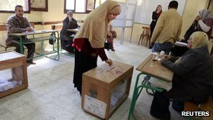 A woman casts her vote in Cairo (5 December 2011)