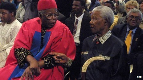 Chinua Achebe (l) and Nelson Mandela in Cape Town in September 2002