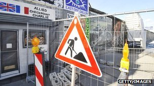 A &#039;men at work&#039; sign in Berlin