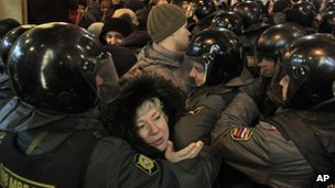 Protesters and police in Triumphal Square, Moscow (7 Dec 2011)