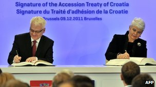 Croatia&#039;s President, Ivo Josipovic, and Prime Minister, Jadranka Kosor, sign the country&#039;s EU accession treaty 