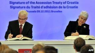Croatia's President, Ivo Josipovic, and Prime Minister, Jadranka Kosor, sign the country's EU accession treaty