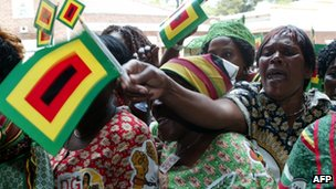 Supporters welcome Robert Mugabe at the Zanu-PF conference in Bulaway (8 December 2011)