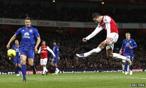 Robin van Persie scores for Arsenal against Everton