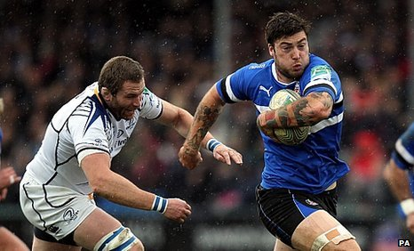 Matt Banahan (r) sprints away from Damian Browne