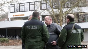 Police outside school in Winnenden (11 March 2009)