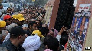 Voters queue in Giza (14 December 2011)
