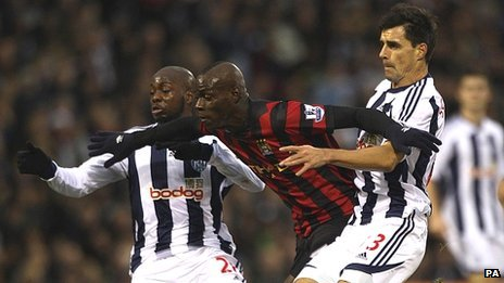 Paul Scharner (right) and Youssouf Mulumbu (left) battle for the ball with Manchester City&#039;s Mario Balotelli