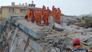 Rescue workers search for earthquake survivors in Ercis, 23 October 2011