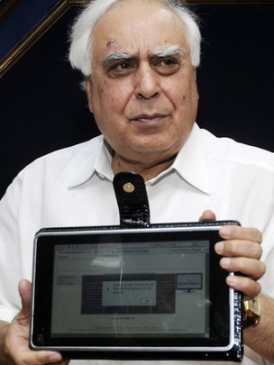Kapil Sibal unveils the Aakash tablet