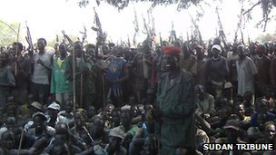 Armed Lou Nuer men in Likwangale listen to South Sudan&#039;s Vice-President Riek Machar - 28 December 2011. Photo from Sudan Tribune
