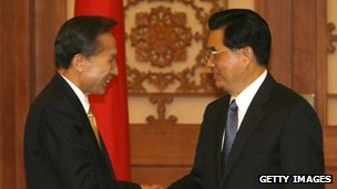 South Korean President Lee Myung-bak (left) met Chinese President Hu Jintao (right) in his first state visit to China in 2008