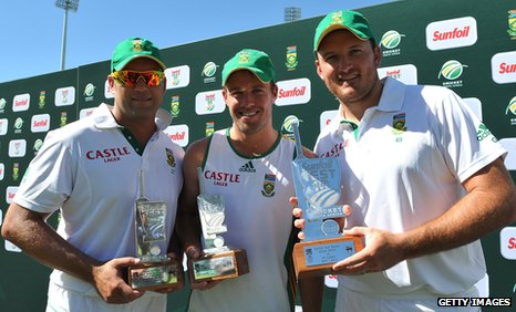 South Africa's Jacques Kallis, AB de Villiers and Graeme Smith with the Test series trophy