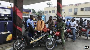 Nigerians in Lagos queue to buy petrol - 8 January 2012