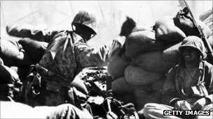 US marines behind sandbags on Tarawa atoll, 1943