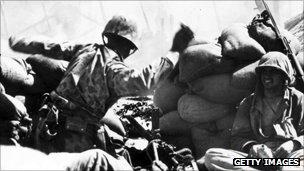 US marines behind sandbags on Tarawa atoll, 1943
