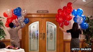 Volunteers put up balloons at Ron Paul&#039;s primary party venue