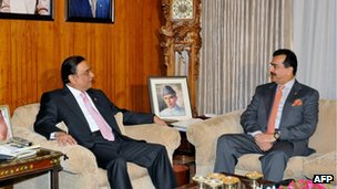 President Asif Ali Zardari (L) meets Prime Minister Yousuf Raza Gilani at the Presidential Palace in Islamabad (handout photo, 22 Dec 2011)