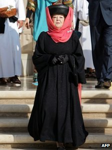 Queen Beatrix visiting the Sultan Qaboos Grand Mosque in Oman (12 Jan 2012)