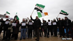 Syrian activists near the Turkish-Syrian border town of Kilis, Gaziantep (13 January 2012)