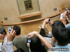 Tourists battle to see the Mona Lisa