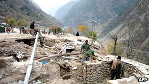 Pakistani soldiers build bunkers at Line of Control separating Pakistani- and Indian-held Kashmir