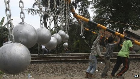  57934891 57930762 - Concrete balls combat 'surfing' on trains