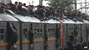 Passengers on top of a crowded commuter train in Jakarta (17.01.12) 