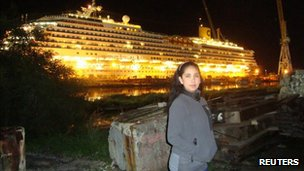 Erika Soria in front of the Costa Concordia
