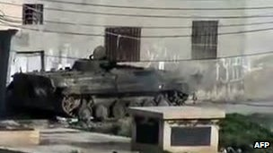 An online video purportedly showing a tank firing a shell in the Syrian city of Homs (18 January 2012)