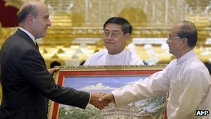 Visiting French foreign minister Alain Juppe (L) shakes hands with Myanmar president Thein Sein during a meeting in Naypyidaw on January 16, 2012