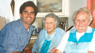 Tagg Romney visits relatives in Nantyfyllon