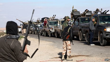 Militiamen loyal to the Libyan interim government move towards Bani Walid (25 January 2012)
